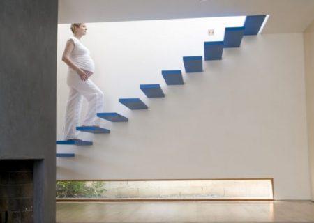 Bà bầu đi cầu thang nhiều có sao không?
